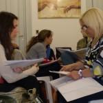 Alumnas tomando notas en la carrera de coaching organizacional