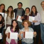Alumnos recibiendo el titulo de curso de coaching de la carrera de coaching organizacional